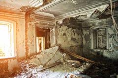 Viejo interior abandonado arruinado de la mansión Imagenes de archivo