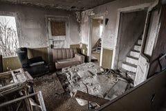 Viejo interior abandonado de la casa Foto de archivo