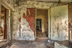 Viejo interior abandonado del hogar de la casa de la cabaña Fotografía de archivo