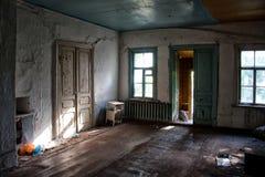 Viejo interior abandonado olvidado de la casa Imagen de archivo