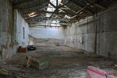 Viejo interior arruinado y dilapidado del edificio Foto de archivo libre de regalías