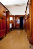 Viejo interior de la casa del baño Fotos de archivo