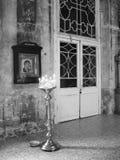 Viejo interior de la iglesia ortodoxa con las luces de la vela. Imagen de archivo