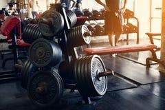 Viejo interior del gimnasio con el equipo, equipo de deportes en gimnasio imagen de archivo