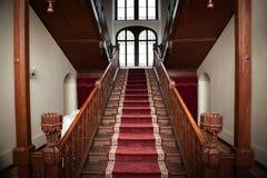 Viejo interior del palacio - escaleras de madera Fotografía de archivo libre de regalías
