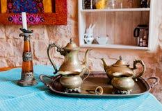 Viejo juego de té de bronce y una palmatoria Fotos de archivo