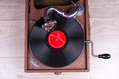Viejo jugador del gramófono, primer Imagen diseñada retra de una colección del viejo ` s del lp del disco de vinilo con las manga Fotografía de archivo