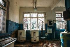 Viejo lavadero espeluznante en hospital abandonado imagen de archivo