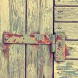 Viejo lazo en una puerta de madera Fotografía de archivo libre de regalías