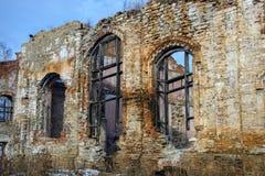 Viejo lugar arruinado del edificio de ladrillo, destruida y abandonado Foto de archivo