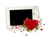 Viejo marco con el corazón de las rosas en el blanco Foto de archivo libre de regalías