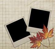 Viejo marco de la foto contra la perspectiva del papel viejo Fotos de archivo libres de regalías