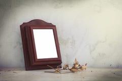 Viejo marco de la foto en la tabla de madera Fotografía de archivo libre de regalías