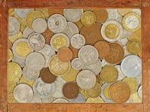 Viejo marco de madera con la colección de monedas numismática dentro. Backgro Imágenes de archivo libres de regalías