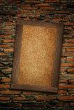 Viejo marco de madera en la pared de ladrillo Imagen de archivo libre de regalías