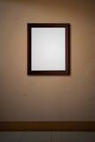 Viejo marco de madera en la pared rosada Fotos de archivo libres de regalías
