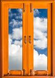 Viejo marco de ventana de cristal de madera cerrado con las nubes Foto de archivo