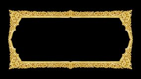 Viejo marco decorativo del oro - hecho a mano, grabado - aislado en bla imagenes de archivo