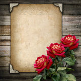 Viejo marco del vintage para las fotos y un ramo de rosas rojas Foto de archivo