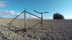 Viejo marco oxidado roto de la bicicleta en campo Timelapse 4K metrajes