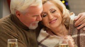 Viejo marido que envuelve suavemente a la esposa con el retiro de la manta, feliz y seguro metrajes