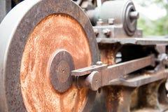 Viejo mecanismo de arrastre aherrumbrado de tambor de cable Imagenes de archivo