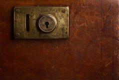 Viejo mecanismo de bloqueo en una maleta del vintage Imagen de archivo libre de regalías