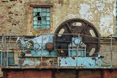Viejo mecanismo de la cerradura en una presa abandonada Imagen de archivo libre de regalías