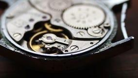 Viejo mecanismo del cronómetro en un fondo de madera elegante metrajes