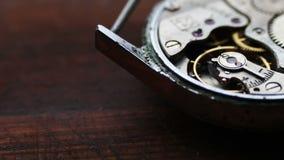 Viejo mecanismo del cronómetro en un fondo de madera elegante almacen de metraje de vídeo