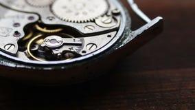 Viejo mecanismo del cronómetro en un fondo de madera elegante almacen de video