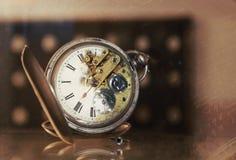 Viejo mecanismo del reloj de bolsillo Fotos de archivo libres de regalías