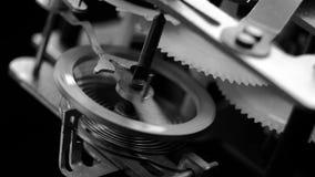 Viejo mecanismo del reloj del vintage que trabaja blanco y negro macro metrajes