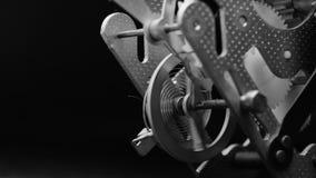 Viejo mecanismo del reloj del vintage que trabaja blanco y negro macro almacen de video
