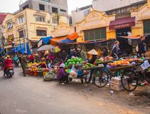 Viejo mercado callejero de la ciudad de Hanoi fotos de archivo