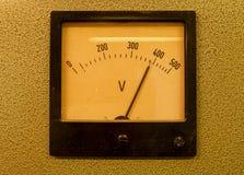 Viejo metro análogo de voltio Instrumento de medida viejo con la flecha y la escala del blanco imagenes de archivo
