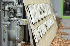 Viejo metro de gas al lado de una muestra abandonada del crossfit foto de archivo