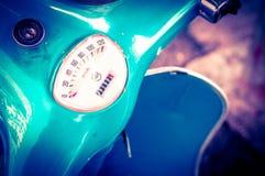 Viejo metro de velocidad azul de la vespa del vintage Foto de archivo