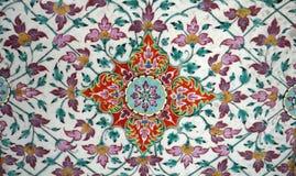Viejo modelo rojo del ornamento oriental del art déco de las flores y verde geométrico de la teja imagen de archivo libre de regalías