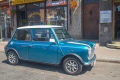 Viejo Morris Mini Cooper azul parqueó Foto de archivo libre de regalías