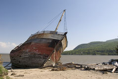 Viejo naufragio del pirata en una playa Imagen de archivo libre de regalías