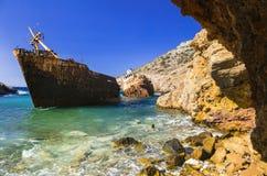 Viejo naufragio en la isla de Amorgos, Cícladas, Grecia Foto de archivo