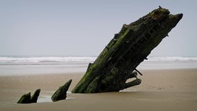 Viejo naufragio que se pega fuera de la arena metrajes