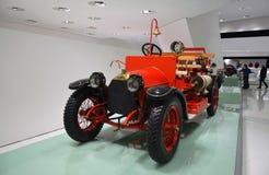 Viejo objeto expuesto de los coches en el museo de Mercedes-Benz en Stuttgart Foto de archivo libre de regalías