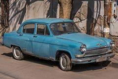 Viejo oldtimer azul del coche del grunge imagen de archivo
