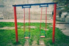 Viejo oscilación para los niños en el patio foto de archivo libre de regalías