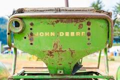 Viejo, oxidado asiento del tractor de John Deere, mostrando el logotipo de la marca de palabra en la parte posterior, usada Image imagen de archivo