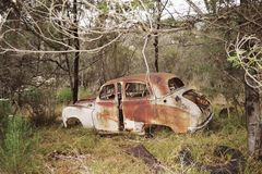 Viejo oxidado de la ruina del coche Imagenes de archivo