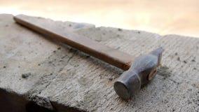 Viejo oxidado el martillo miente en el emplazamiento de la obra almacen de video