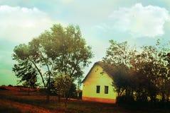 Viejo paisaje amarillo del campo de la pequeña casa Fotos de archivo libres de regalías